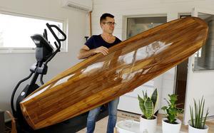 Surfbrädan lurar ögat. Den ser ut att vara gjord i massivt trä, men kärnan består av polyesterplast förstärkt med en bit trä. Utanpå har Pal Allsop limmat tre millimeter tjocka bitar av amerikansk valnöt, som han sedan har plastat och fernissat för att göra den blank och vattentålig.