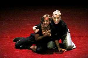 Simon Rodriguez spelar Prosperos son Miro, som levt nästan hela sitt liv på ön. Malin Berg gör rollen som Prospero.