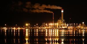 Genom att isen tillfälligt sprack upp så blev ljusreflektionerna från hamnen och kraftvärmeverket en härlig bild