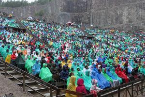 Publiken I Dalhalla trotsade det dåliga vädret.