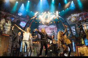 Rock Of Ages. En musikal som har både härlig hårdrocksmusik med 80-talsprägel, humor och eldiga shownummer. I centrum praktiskt taget hela tiden står Johan Rheborg.