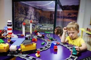 Tågfantast. Treårige Jonas Kämpe från Borlänge tycker om att leka med tågen på Järnvägsmuséet.