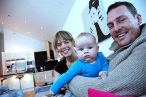 """LYCKLIGA. """"Vi känner oss hemma här"""", säger Henriette och Andreas Hustad-Sjölund med sonen Gabriel i knä."""