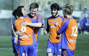Hamode Hussein (i mitten) gjorde sitt fjärde straffmål den här säsongen när Bollnäs slog Sala.