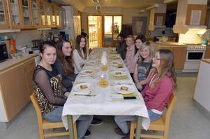 Tjejmiddag, då killarna inte vågade vara med. På bilden ses från vänster: Alice Falk, Johanna Ankerstål, Martina Strand och Hanna Heinestedt, Moa Lövis, Elin Håll, Elin Ytterberg, Wilma Nilsson och Emma Persson.