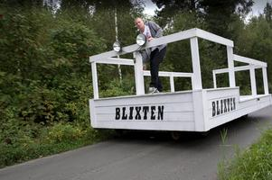 Sommaren 2012 byggde Jesper och några kompisar ett fordon som såg ut som en flotte och som gick att köra både på vägar och på en nedlagd järnväg.