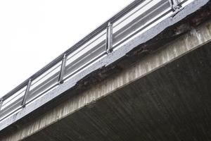 Betongen har släppt från armeringsjärnet efter kanterna. Bron kommer att få en grundlig renovering.