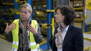 Infrastrukturminister Catharina Elmsäter-Svärd, till vänster, tillsammans med Helena Hedblom vd på Atlas Copco Secoroc.