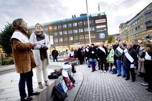 Uppvaktar kommunen. Karin Ahlgren, ordförande i Lärarnas riksförbund i Gävle, lämnade över ett upprop till kommunalrådet Carina Blank (S) i samband med manifestationen på Rådhustorget.