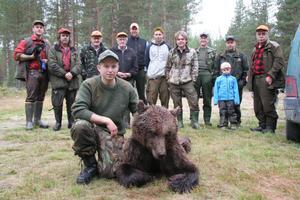 Björn Carlsson med de nya jaktkamraterna i Långskogen-Gammelvallen.