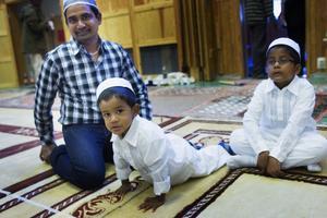 Adil Sarap och sönerna Yaoob och Ishaq  var finklädda för bönestunden.