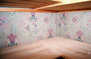 I garderoberna finns de gamla tapeterna kvar, mörk jugend var trenden. – Vi har försökt hitta samma tapeter till rummen som de som en gång fanns. Många av dem har vi lyckats få tag i.