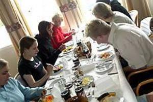 Foto: NICK BLACKMON Avslutningsmåltid. Att äta tillsammans och med alla sinnen närvarande är en del av tanken med Saperemetoden. I går avslutade elever och lärare kursen tillsammans på restaurangskolan i Sandviken.