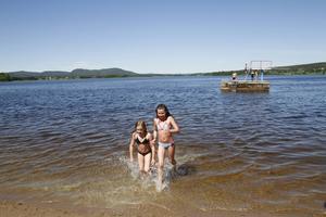 Tuva Lindén och Tuva Marcusson tycker om att bada, men är snabbt uppe på land igen. Temperaturen var cirka 20 grader nära land vid Norebadet på torsdagen vid lunch.