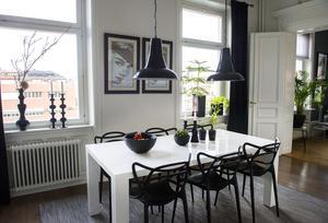 Många och stora fönster gör lägenheten ljus och luftig.