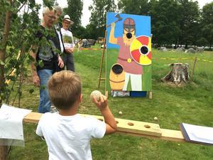 Vid Anunds hög har även bollkastningen ett historiskt tema. Ska sjuåringen Leo Högbacka från Irsta pricka vikingens mun? Han siktar noga.