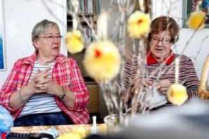 Ingegerd Bengtsson har hållit på med att handarbeta i NBV:s cirkel i 25 år och Elsa Axelsson i två. Men båda finner lika stort nöje i träffarna, inte minst för den sociala aspekten.                                                                                          Foto: Henrik Flygare