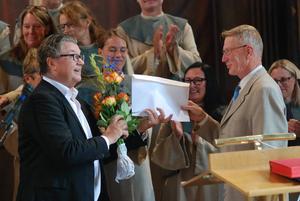 Av kyrkorådets ordförande, Ragnar Sidenvall, fick Rune Broberg blommor och biljetter till operan.