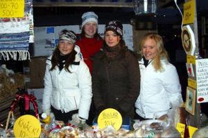 Elin Orseén, Ann-Sofie Alfredsson, Sara Lif och Maja Torung sålde hembakat bröd för att stärka kassan för baskletklubben. Och affärerna gick strålande för klubben.