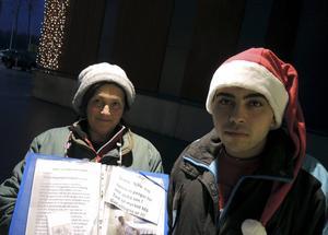 Evrosina och hennes barnbarn Gitsova har sin plats utanför Rusta i Falun. De bor sju personer i en minibuss, berättar de.