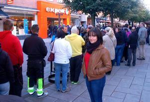 Jenny Sjökvist, en av många som köade för att komma in på Expert på gågatan i Mora.