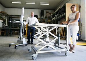 Björn Bok och Sara Ljunggren visar upp några av sina produkter i Ergofokus lager. Här inne hoppas de båda att en nyasntälld person ska jobba efter årsskiftet.