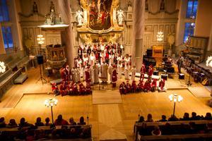 En 40 personer stark kör ackompanjerades av elgitarr, piano och trummor, och sjöng de klassiska jul -och luciasångerna.