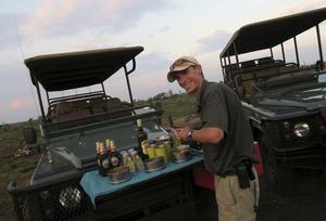 Guiden Armand Steyn dukar fram för sundowners, en safariklassiker.