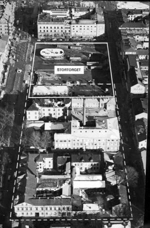 SÅ SÅG DET UT. Två hela kvarter jämnades med marken för Domusbyggets skull, här markerat med streckad linje. Även en del av Stortorget, som på 1970-talet var busstorg, togs i anspråk för det gigantiska betongkomplexet, som än i dag väcker avky hos många Gävlebor.