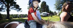 Ygs stuteri anordnade ponnyridning och Gustav Stavbom, 3 år, tog sig en ridtur på hästen Alva.