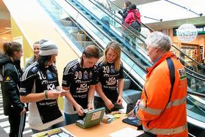 I veckan sålde Silverstadens spelare biljetter i gallerian till fredagens kvalmatch. Foto: Niclas Bergwall