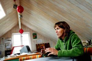 """På lagårdsjällen har Anna Erlandsson inrett sin ateljé. Här jobbar hon helst med penslar och blyertspenna. """"Jag vill att det ska vara handfast, tycker om att slafsa och kladda. Datorn använder jag bara till färgläggning av mina filmer"""", säger hon.Nr 72 i familjen Söderbergs mjölkkobesättning på Rödön är en av inspiratörerna bakom Anna Erlandssons ko-miska teckningar. Först blev det en succéartad utställning på Ahlbergshallen, nu kommer teckningarna samlade i bokform. """"Nu ska jag rita annat än kor ett tag"""", säger Anna. Men klappar dem gör hon gärna."""