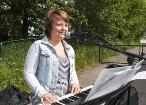 Moa Jonasson, 17 från Timrå är med i sommarbandet för tredje året i rad och vill satsa på en karriär inom musiken.