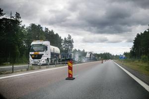 Strax norr om Söderhamn pågick beläggningsarbetet dagen innan olyckan. Den norrgående trafiken leddes därför över i den dubbelfiliga, södergående, körfältet.