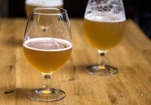 Hur en vanlig öl får sin alkohol känner nog de flesta till. Hur man får en öl att bli alkoholfri är däremot inte lika vida känt.