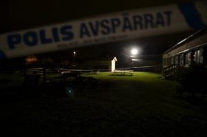 Polisen spärrade av ett område kring lekstugan i väntan på den tekniska undersökningen.