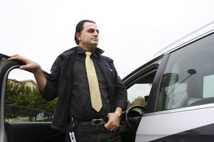 """Inga långa raster. Jaafar Rasoul, åkare som driver Jaafar Taxi, berättar om en allt tuffare konkurrens på taximarknaden i Västerås. Hans chaufför är nystartsjobbare och nu vill han utöka med ännu en nystarsjobbare. """"Jag skulle få huvudvärk om det inte gick att anställa nystartsjobbare"""" säger Jaafar, som dock hoppas kunna anställa den nuvarande chauffören efter att dennes nystartsperiod löpt ut.Foto: JACKIE MEHHåller ögonen öppna. Det går inte att sitta och sova på taxipasset. Konkurrensen på taximarknaden är stenhård och Jaafar måste ofta jobba kväller och helger för att det ska gå ihop."""