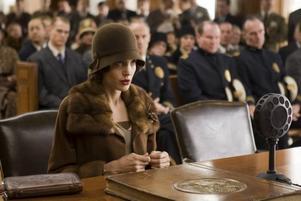 """Kvinna mot systemet. Angelina Jolie som den på flera sätt ensamma Christine Collins i i """"Changeling"""", ett drama, favorittippat till flera Oscars, om att förlora sitt barn. Foto: UIP"""