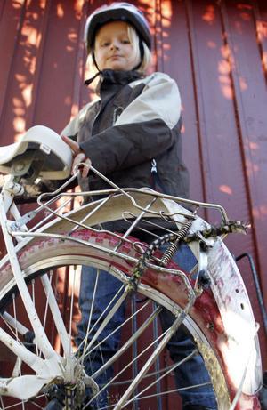 Ella var på väg hem från skolan när hon krockade med långtradaren, men turligt nog var det cykeln och inte Ella som hamnade under det tunga fordonet.