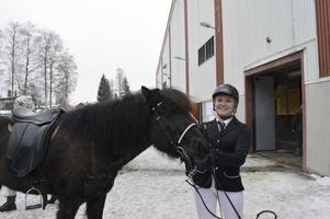 Madeleine Wickström med sin envisa islandshäst Dis.