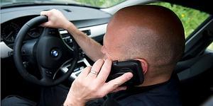 Det är oroväckande många som säger att de fortfarande håller på med mobiltelefonen i bilen - trots den årsgamla lagen som förbjuder det. Foto: Scanpix