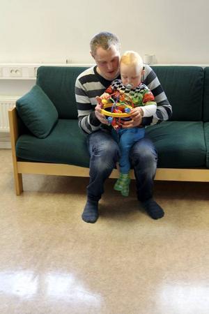 Martin Nordman besöker den öppna förskolan i Östersund tillsammans med sonen Samuel.  Martin, håller du koll på vilka de farliga kemikalierna är?– Det är inget jag systematiskt letar efter, men jag kanske borde göra det, säger han.