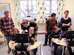 Carl Sjödin, Härnösand, Lukas Karlsson, Kramfors, Erik Waitha, Sollefteå, och Tobias Rovio, Bollstabruk, instruerar eleverna vid Kramforsskolan i programmeringsspråket Scratch.