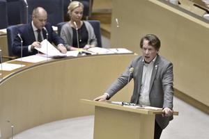 Mats Pertoft (MP) försvarar införandet av id-kontroller för asylsökande i tre år. Intill sitter justitie- och migrationsminister Morgan Johansson (S) och infrastrukturminister Anna Johansson (S).