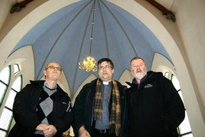 En tidigare blå färg i koret har lyfts fram. Henry Sahlqvist, Stefan Öberg och Leif Götberg under renoveringen av Hidinge kyrka.