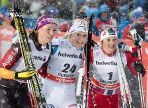 Hanna Erikson poserar på VC-pallen tillsammans med tvåan Denise Herrmann (till vänster) och trean Ingvild Flugstad Östberg.Foto: Jens Meyer/AP Photo