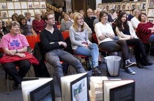 FICK SKRATTA. Författare är historieberättare som kan konsten att underhålla sin publik. Det märktes bland de cirka 40 besökarna på författardagen med deckartema i Sandvikens bibliotek.