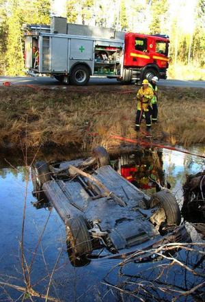 Från sidan närmast kameran lyckades föraren av olycksbilen ta sig ut i vattnet och kravla upp på fast mark efter sin vådliga vurpa.Foto: Ingvar Ericsson