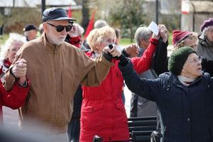 Under Internationalen greppade alla deltagare varandras händer och förenades i allsång.