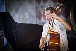 Med sig har Rigmor Gustafsson Carl Bagge, klaviatur, Christian Spering,(på bild) bas, och Johan R. Löfcrantz på trummor.
